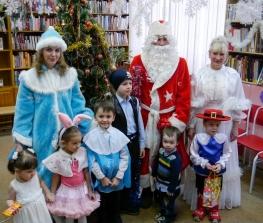Мркутская областная детская библиотека имени Марка Сергеева читатели дети школьники книги новый год елка