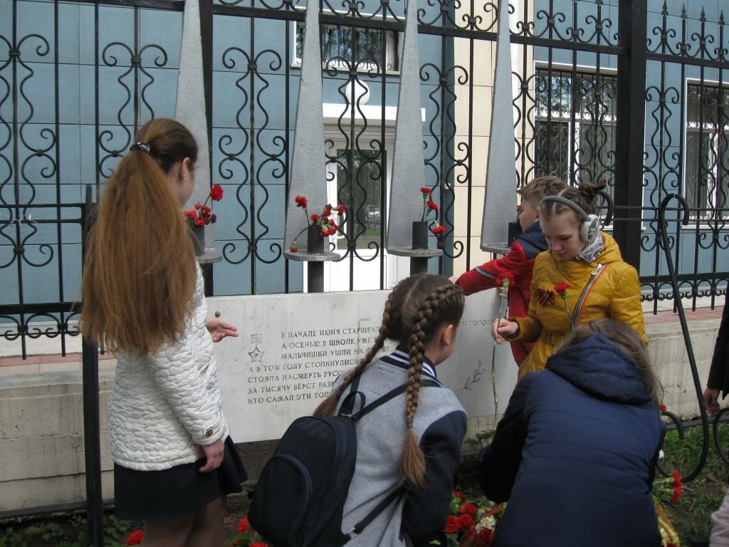 Школьники Тополиная аллея Иркутская областная детская библиотека им. Марка Сергеева
