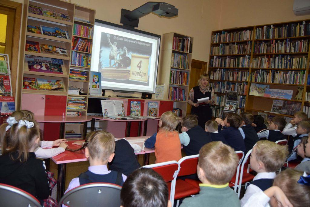 Библиотекарь Читатели Экран Книги Иркутская областная детская библиотека им. Марка Сергеева