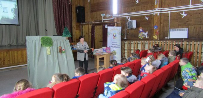 юные читатели в большом зале библиотекарь театр кукол