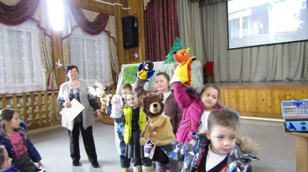 юные читатели и театральные куклы