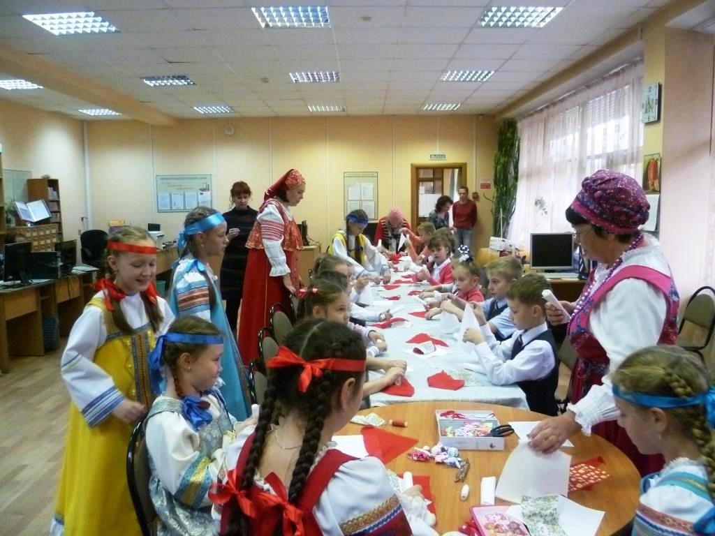 сервировка праздничного стола читатели в национальных костюмах