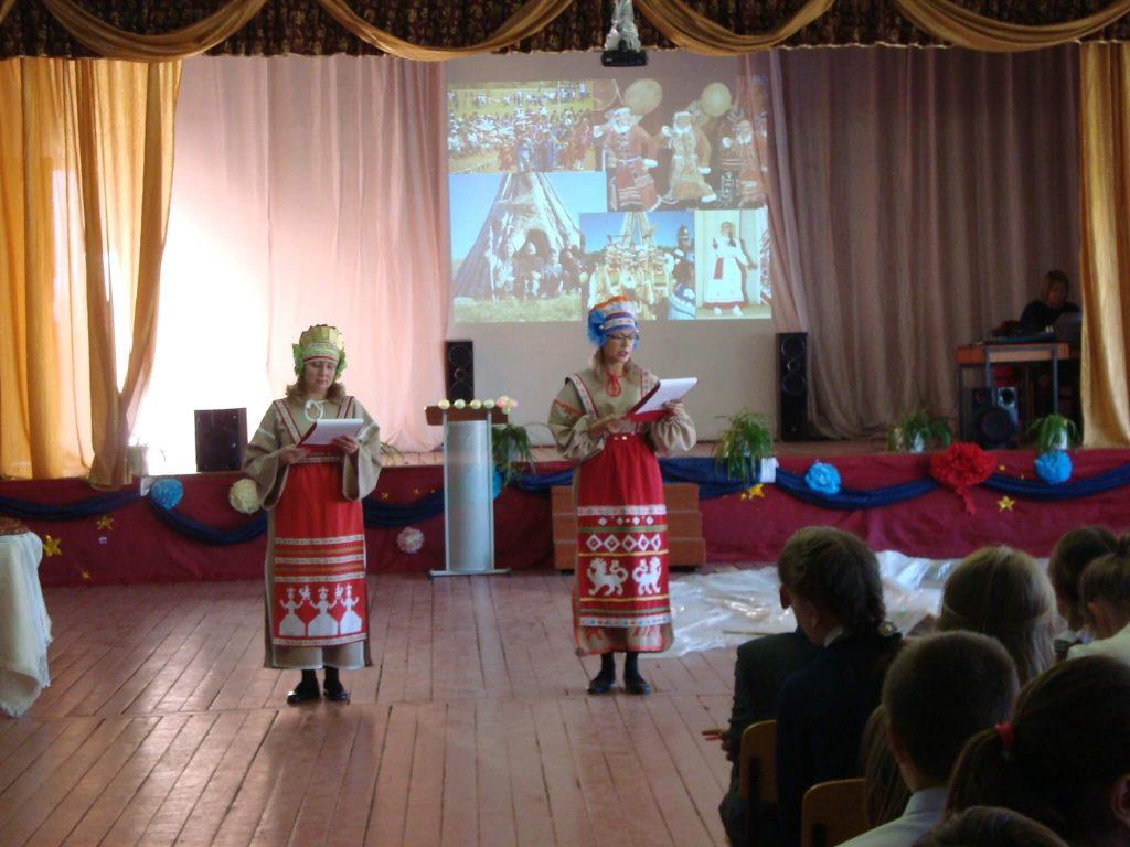 ведущие в русских костюмах