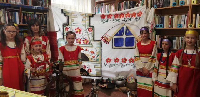 читатели в национальных костюмах