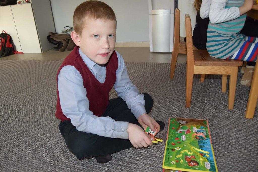 мальчик играет