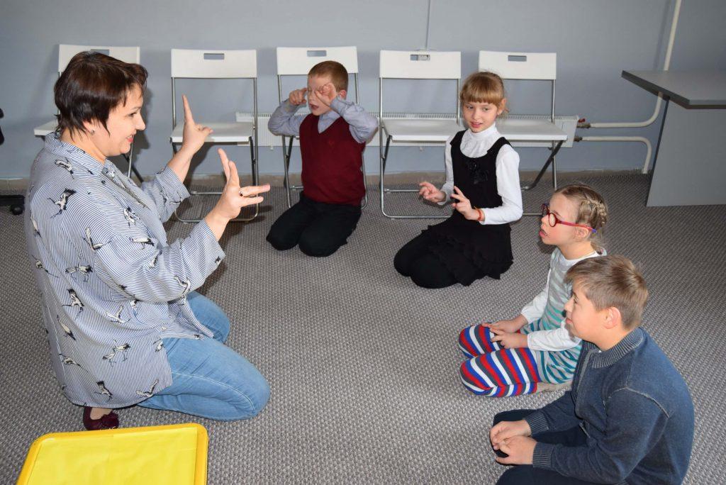 ведущая и дети в кругу сидят