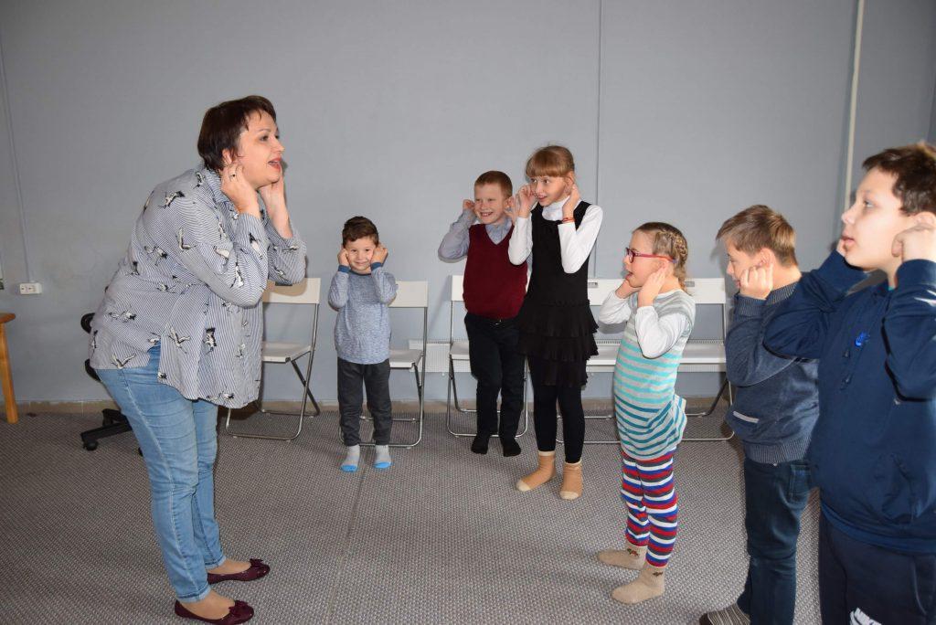ведущая и дети стоят в круге