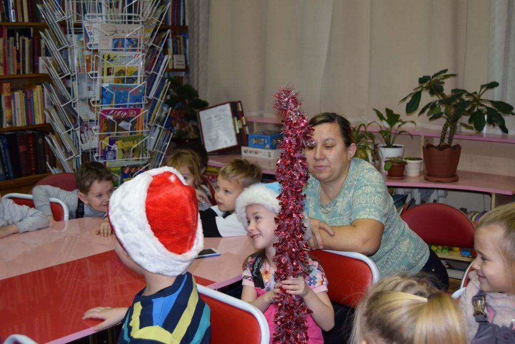 дети в шапке Деда Мороза и Снегурочки