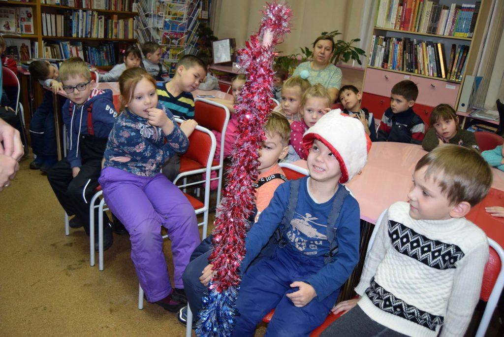 дети в шапке Деда Мороза