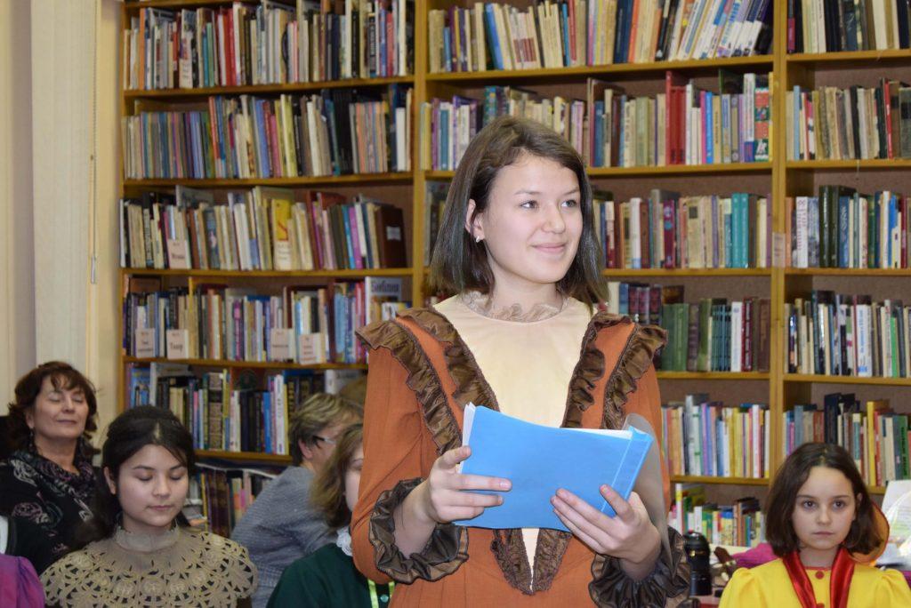 есятиклассница читает стихотворение