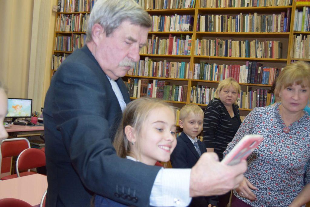 писатель фотографируется с детьми