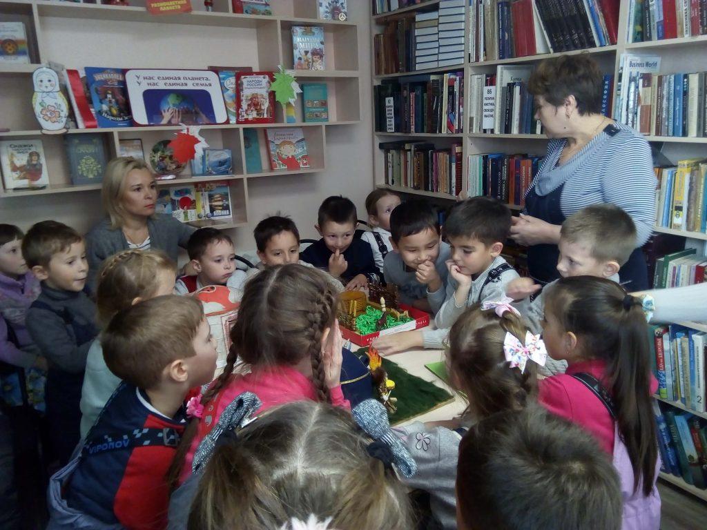 дети рассматривают выставку