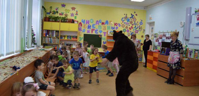 медведь гонится за ребятами