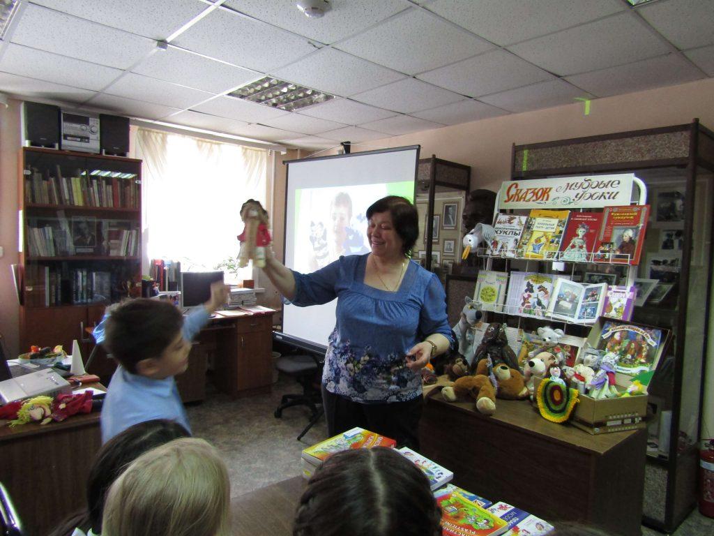 библиотекарь экран читатели кукла