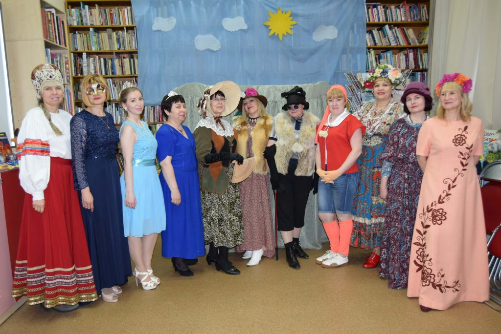 библиотекари в костюмах