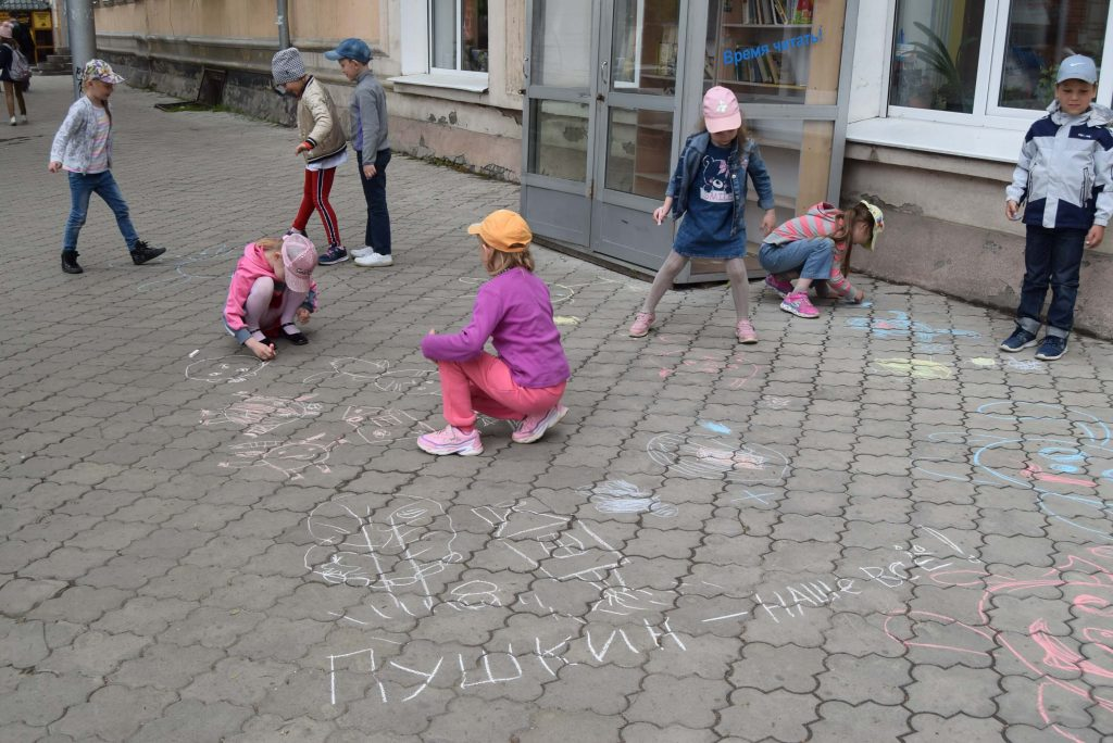 читатели мел рисунки тротуар