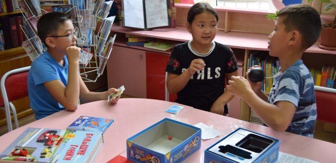 читатели игра коробки стол