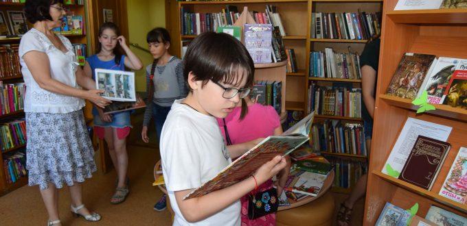 читатели книги полки