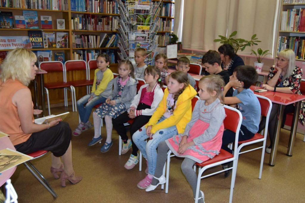 читатели зал библиотекарь книга полки