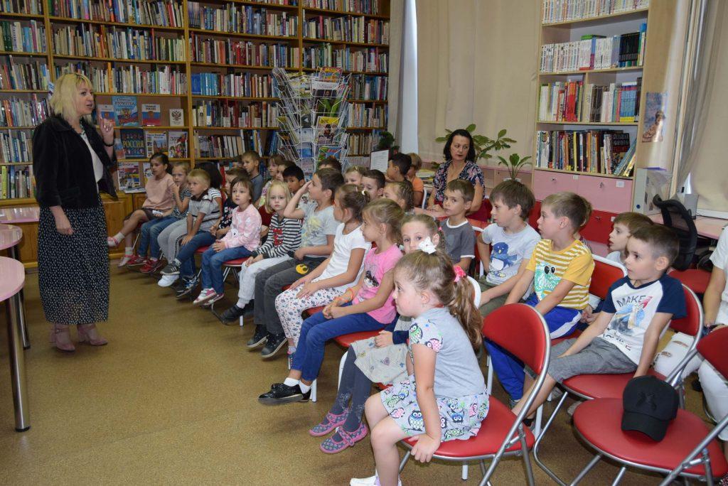 читатели книги зал