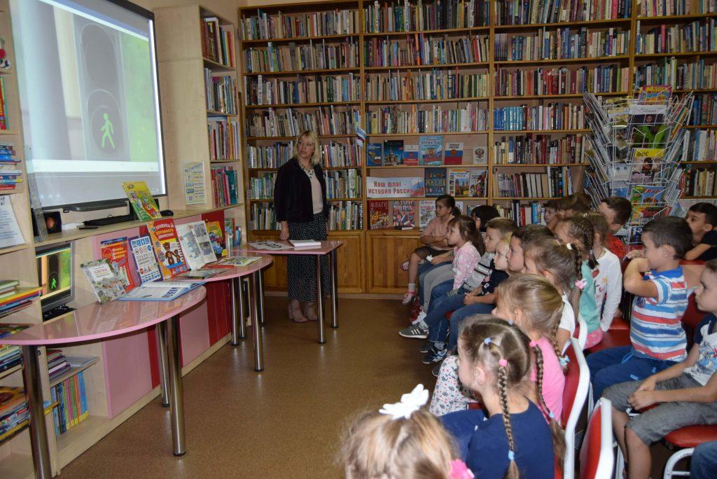 читатели экран книги столы библиотекарь