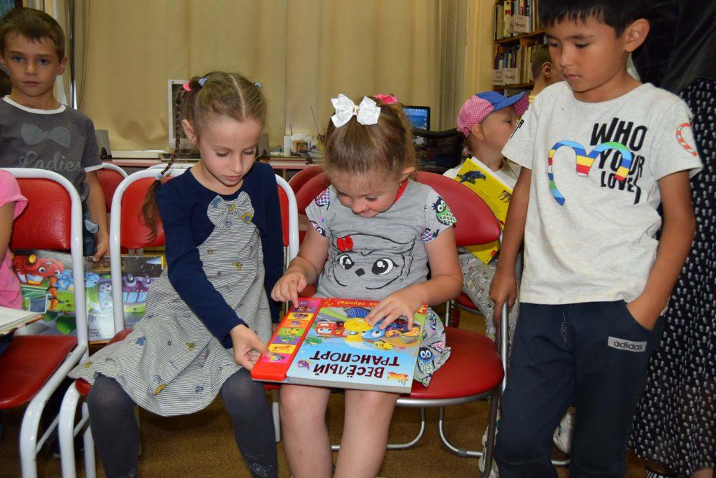 дети книги стулья зал