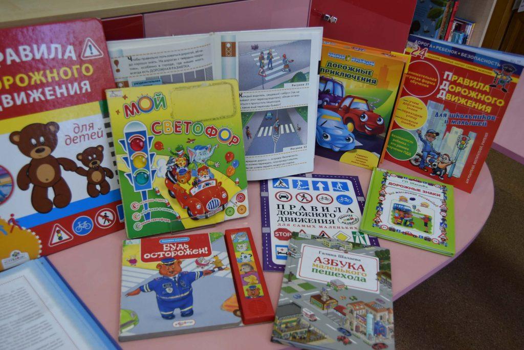 книги столы зал