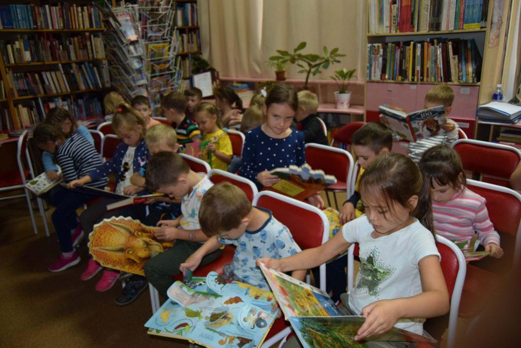 дети книги зал стулья
