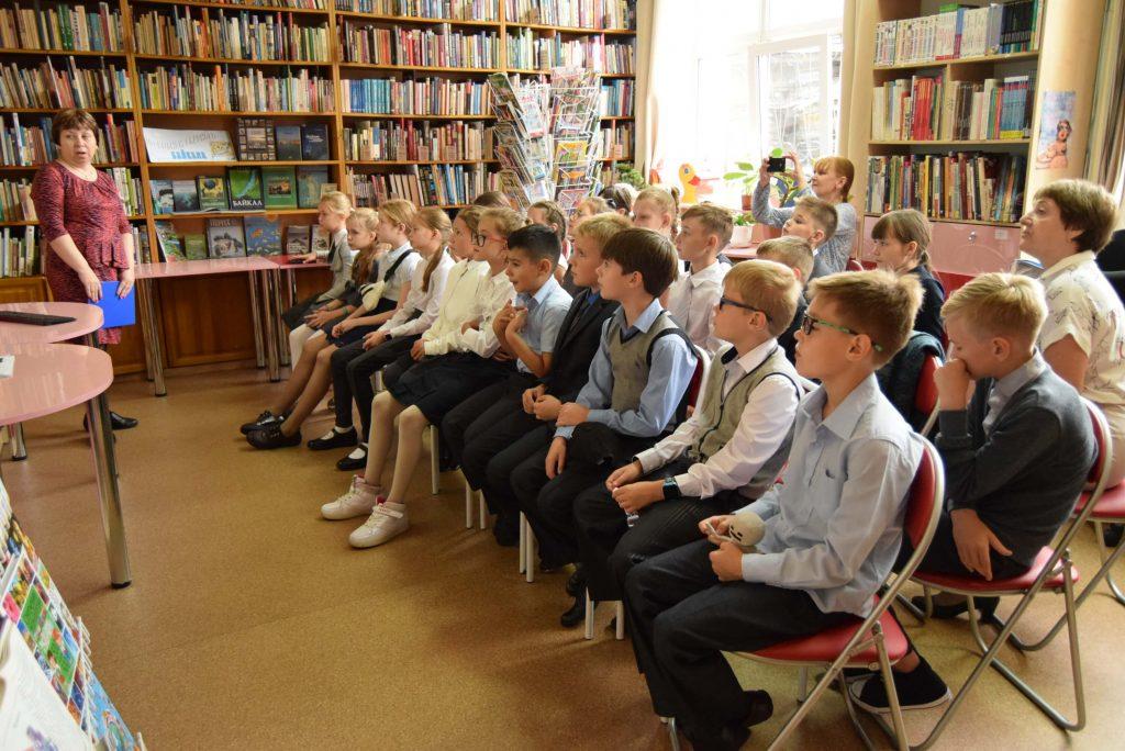 читатели зал книги полки
