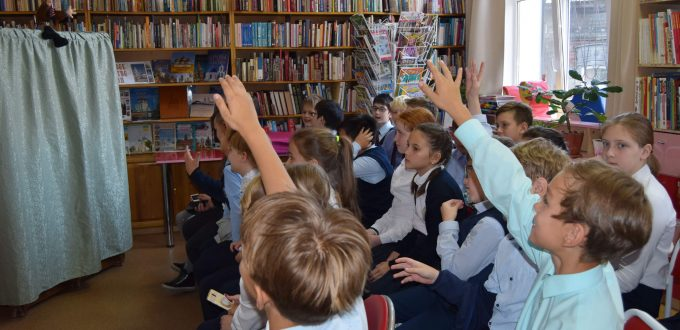 читатели полки книги зал кукла ширма