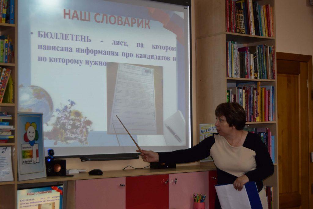 зал библиотекарь экран полки
