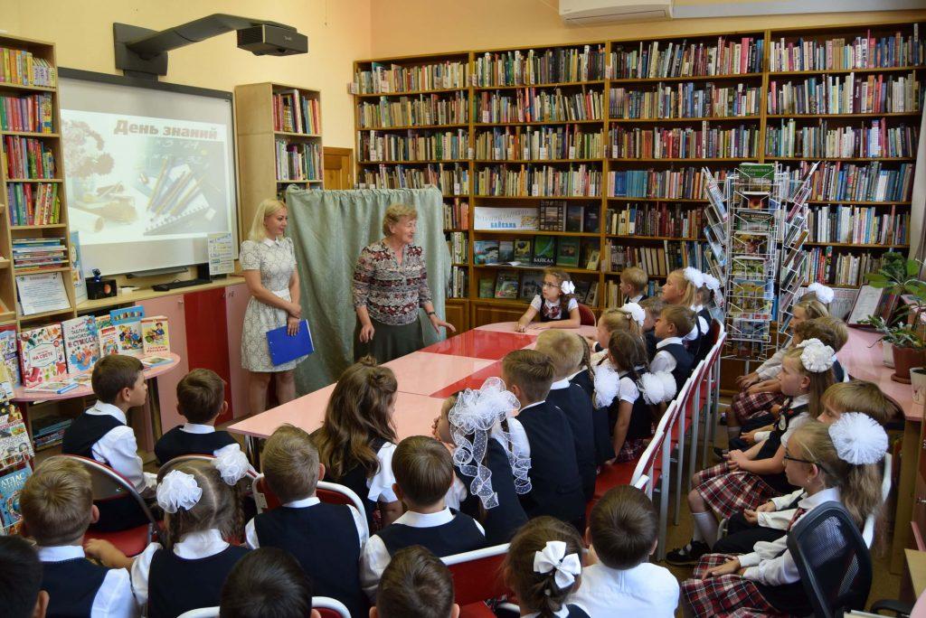 библиотекари куклы зал экран стеллажи читатели ширма