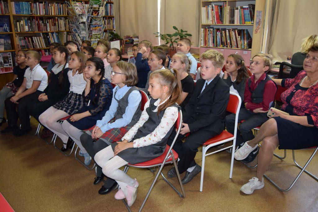 дети зал полки книги