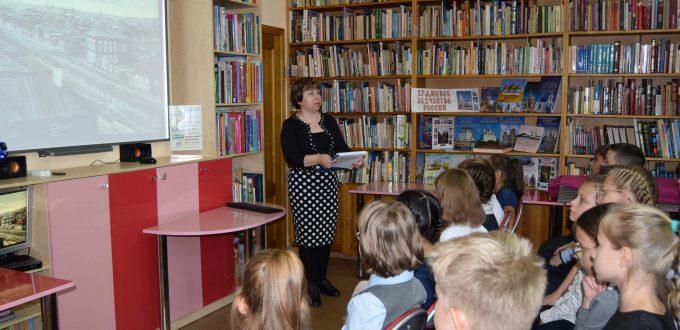 библиотекарь экран дети зал полки книги