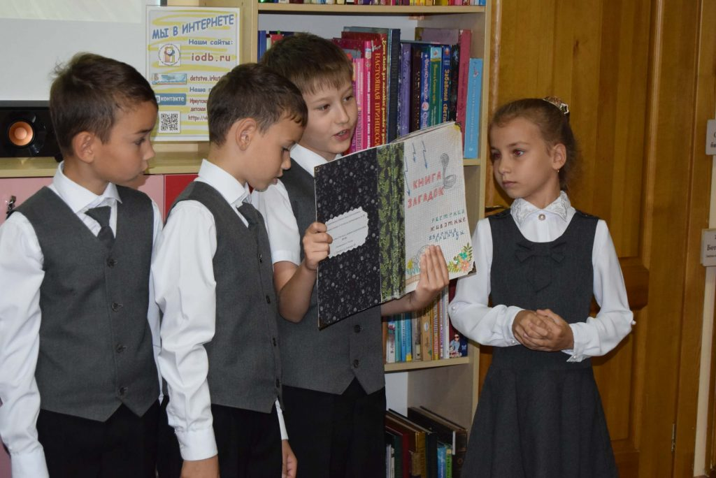 читатели книги зал книги полки экран