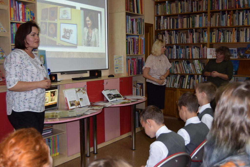 библиотекарь читатели зал книги полки экран