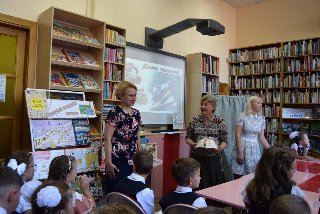 библиотекари учитель торт зал экран стеллажи читатели