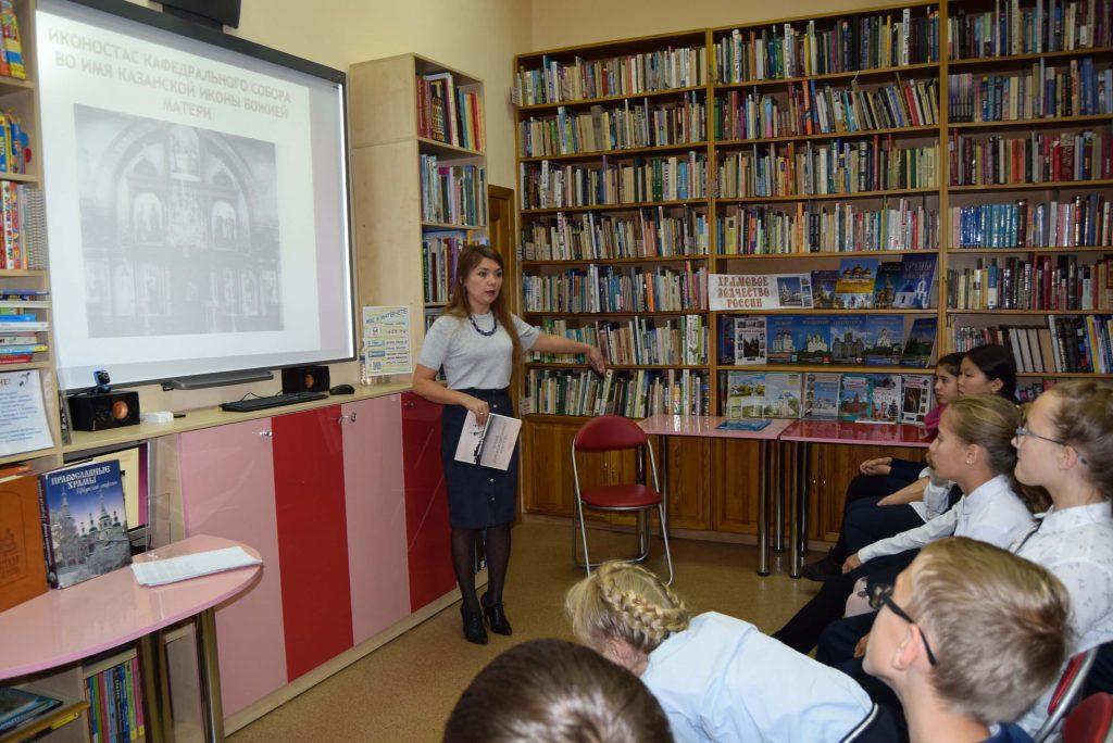 лектор читатели книги полки экран
